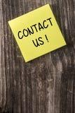Kontakta oss den gula klibbiga anmärkningsstolpen det Royaltyfria Foton