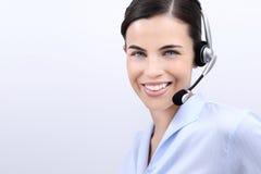 Kontakta oss, kundtjänstoperatörskvinna med att le för hörlurar med mikrofon Royaltyfria Bilder