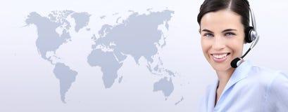 Kontakta oss, kundtjänstoperatörskvinna med att le för hörlurar med mikrofon Arkivbild