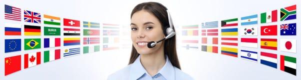 Kontakta oss, kundtjänstoperatörskvinna med att le för hörlurar med mikrofon Arkivbilder