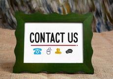 Kontakta oss med symboler av telefonen och kommunikationen Royaltyfri Bild