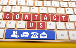 Kontakta oss på tangentbordtangenter med symboler i utrymme Arkivbilder