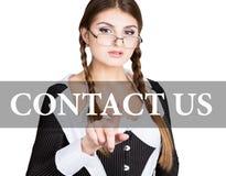 Kontakta oss som är skriftliga på den faktiska skärmen den sexiga sekreteraren i en affärsdräkt med exponeringsglas, pressar knäp Royaltyfria Bilder