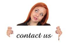 Kontakta oss. Stående av ett härligt hållande övre vitt baner för ung kvinna Arkivfoton