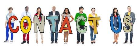 Kontaktar det stående innehavet för grupp människor oss bokstaven Arkivfoton