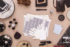 Kontaktblätter Kontaktabzüge und Baumwollhandschuhhandschuhe dunkelkammer Traditioneller Fotografie-Desktop Flache Lage Ansicht v stockbilder