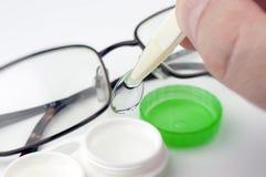 Kontaktlins och fall fotografering för bildbyråer