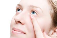kontaktlins som sätter kvinnabarn Royaltyfria Foton