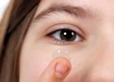 Kontaktlinse für Vision und Mädchengesicht Lizenzfreies Stockbild