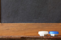 Kontaktlinsebehälter-Kasteneinheit setzte an hölzerne repres Regal der Toilette Stockfotos