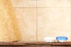 Kontaktlinsebehälter-Kasteneinheit setzte an hölzerne repres Regal der Toilette stockfoto