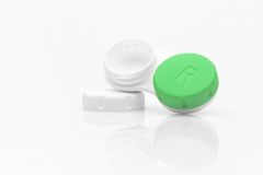 Kontaktlinsekasten mit einer Kappe weg Stockbilder