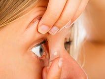 Kontaktlinsen leicht anwenden Stockbild