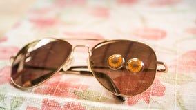 Kontaktlinser med solglasögon på tabellen royaltyfri fotografi