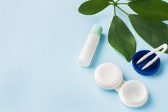 Kontaktlinser, pincett och en beh?llare f?r att lagra linser, beh?llare f?r l?sning och fuktadroppar close upp selektivt arkivfoto