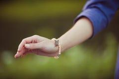 kontaktowa dziewczyny trawy zieleni łgarska natura Fotografia Stock