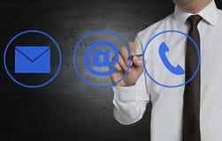 Kontaktowe opcje napiszą biznesmenem na ekranie Fotografia Stock