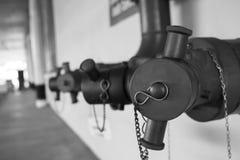 Kontaktowego pont pożarniczy wąż elastyczny budynek, czarny i biały pojęcie Zdjęcia Royalty Free