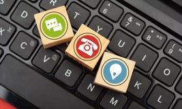 Kontaktowych i Komunikacyjnych ikon drewniani kostka do gry na klawiaturze Zdjęcia Royalty Free