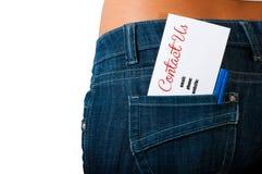 Kontaktuje się my pojęcie używać kartę na plecy kieszeni cajgi Obrazy Stock