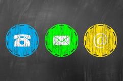 Kontaktuje się my używa emaila, adresuje, dzwoni, pojęcie na blackboard Fotografia Royalty Free