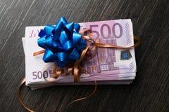 Kontant gåva för euro med bandet och pilbågen Royaltyfria Bilder