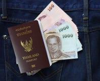 Kontant och thailändskt pass Royaltyfri Bild