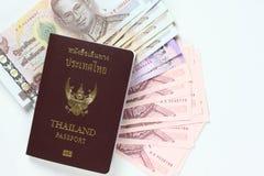 Kontant och thailändskt pass Royaltyfria Bilder