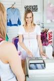 kontant positivt använda för registersaleswoman Royaltyfri Fotografi