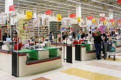 Kontant punkt i den Auchan stormarknaden Royaltyfri Fotografi
