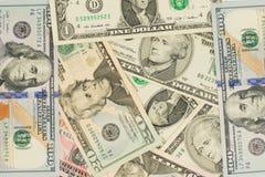 Kontanta dollar som ligger på nivån Arkivfoton