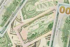 Kontanta dollar som ligger på nivån Royaltyfri Foto