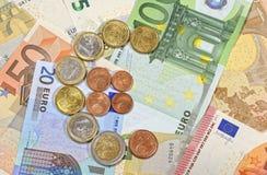 Kontanta euromynt och sedlar Fotografering för Bildbyråer