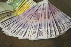 Kontanta eurosedlar fördelade ut på tabellen Royaltyfria Bilder