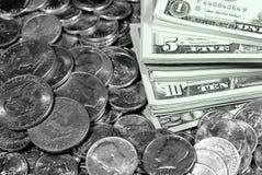 Kontanta pengarräkningar och mynt Arkivfoton