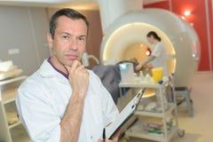 Kontemplacyjna lekarka w radiologia dziale Zdjęcia Royalty Free