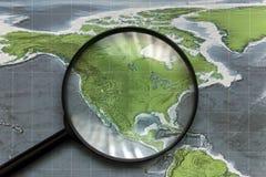 Kontinent av Nordamerika på översikten under ett förstoringsglas royaltyfri foto