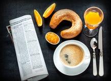 Kontinental frukost på den svarta svart tavlan Arkivfoton