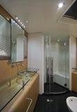 kontinental lyxig förlaga yacht för 80 badrum arkivbilder