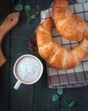 Kontinentales Frühstück auf dunklem Hintergrund, Draufsicht stockbild