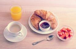 Kontinentales Frühstück - Kaffee, Hörnchen mit Stau, Erdbeeren Lizenzfreie Stockfotografie