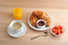 Kontinentales Frühstück - Kaffee, Hörnchen mit Stau, Erdbeeren Lizenzfreie Stockfotos