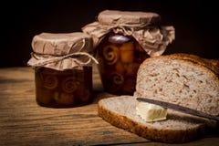 Kontinentales Frühstück mit Brot, Orangenmarmelade und Tee Stockbilder