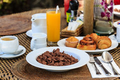 Kontinentales Frühstück mit Hörnchen Stockfoto