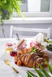Kontinentales gebackenes Hörnchen des Frühstücks frisch verziert mit Stau und Schokolade auf Holztisch in einer Küche mit Kopie stockfotos