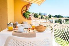 Kontinentales Morgenfrühstücksgedeck mit Seeansicht ist- ser Stockfoto