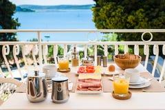 Kontinentales Morgenfrühstücksgedeck mit Seeansicht ist- ser Lizenzfreies Stockbild