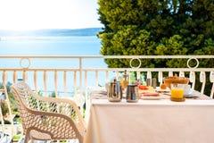 Kontinentales Morgenfrühstücksgedeck mit Seeansicht ist- ser Stockbilder