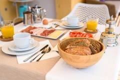 Kontinentales Morgenfrühstücksgedeck mit Seeansicht ist- ser Lizenzfreie Stockfotos
