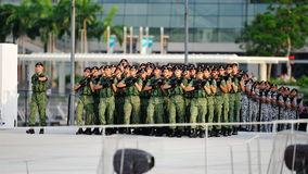 Kontingenter som marscherar till ståtajordningen under nationell dag, ståtar repetitionen (NDP) 2013 Arkivbild